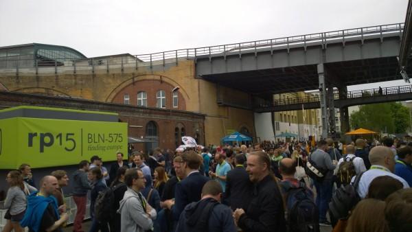 Der Hof der Station Berlin ist der wahre Treffpunkt der re:publica. Hier wird sich ausgetauscht und so mancher neuer Kontakt geschlossen.