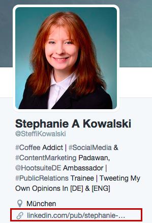 Auf den meisten Profilen, ist eine Verlinkung auf eine Seite möglich. Beispiel: Twitter.