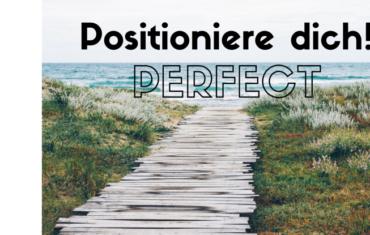 Ein Steg der zum Meer führt. Im oberen drittel des Bildes steht Positioniere dich! Perfect