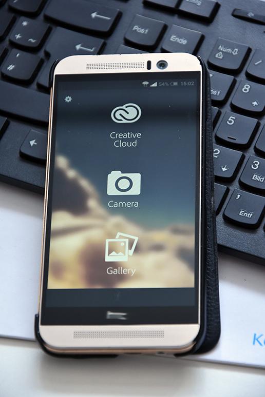 Ein Smartphone liegt auf einer Laptoptastatur