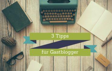 Eine Schreibmaschine, ein Buch, ein Notizheft, ein Tannenzapfen und ein Ast liegen auf einem Tisch. In der Mitte steht der Satz drei Tipps für Gastblogger.