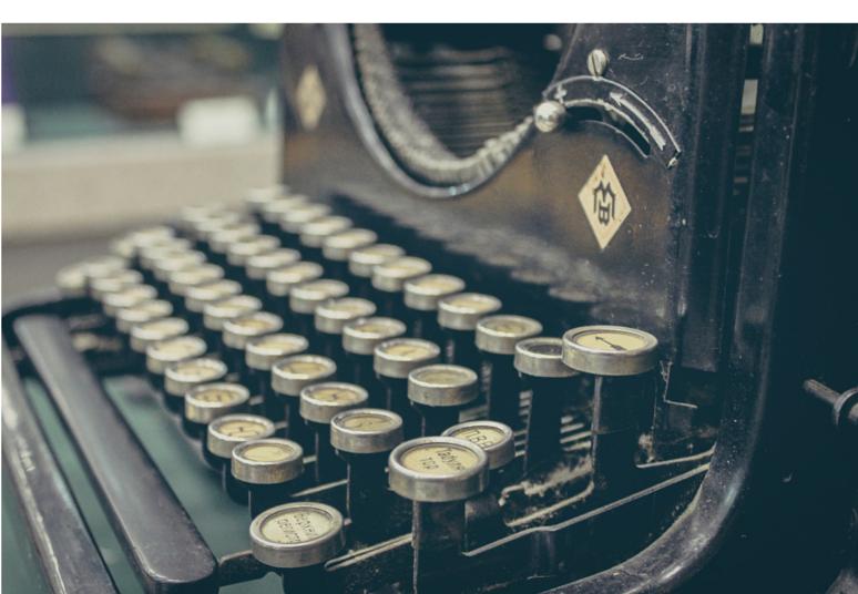 Eine antike Schreibmaschine bei der einige Tasten an der rechten Seite hervorstehen