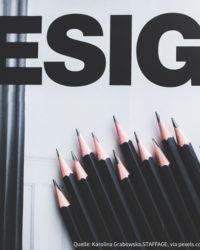 Schwarze Bleistifte liegen nebeneinander auf einem weißen Blatt.