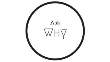Ein schwarzer Kreis auf weißen Grund. Darin steht ask why