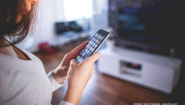 Frau hält ein Iphone 6 in den Händen.