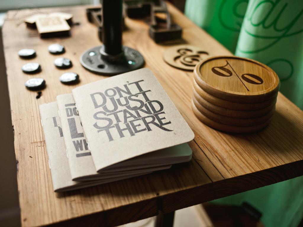 Blogbeiträge optimieren mit Heften die auf einem Tisch liegen