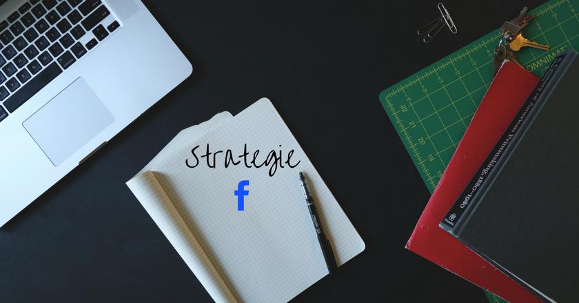 Ein Laptop liegt mit einem aufgeschlagenen Notizbuch und einem Stift auf einem Tisch. In dem Notizbuch steht das Wort Strategie und darunter ist das blaue F von facebook zu sehen.