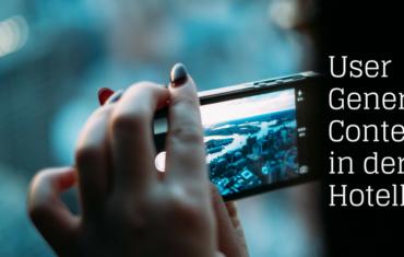 Eine Frau hält ihr Smartphone quer und fotografier die Ansicht einer Stadt