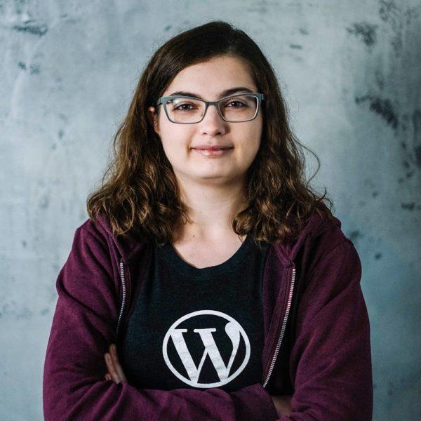 Junge Frau trägt ein T-Shirt mit WordPress-Logo