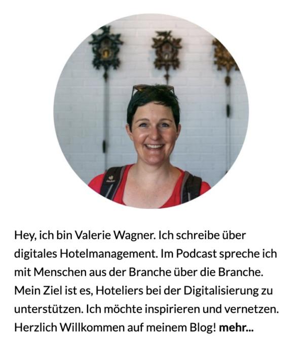 Valerie Wagner ist eine Frau mit kurzen dunklen Haaren. Sie trägt ein rotes T-Shirt und einen Rucksack. Ihr gehört das Blog HotelOMotion und damit gewinnt sie Kunden.