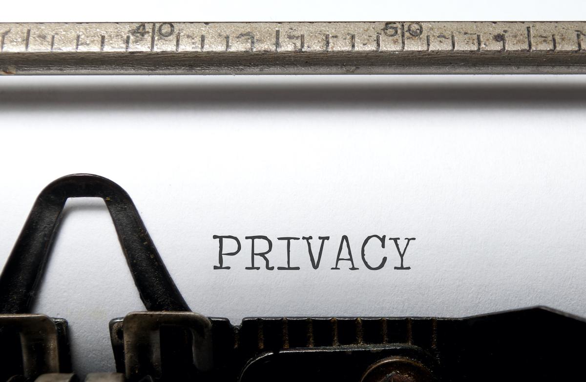 Das Wort Privacy ist von einer alten Schreibmaschiene auf einem Blatt Papier geschrieben worden. Privacy steht für die privaten und persönlichen Informationen, die viele in Social Media von sich preisgeben oder sich auch nicht trauen etwas von sich zu erzählen.