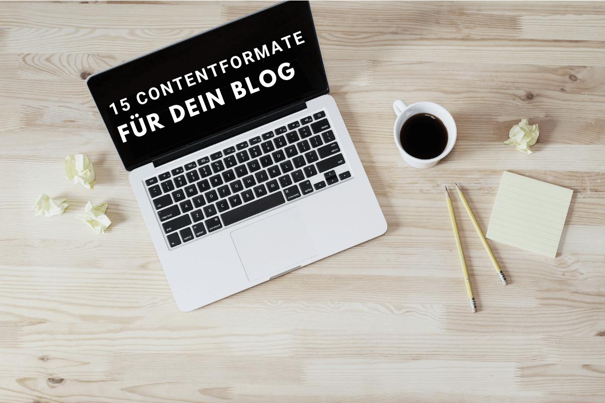 Ein Laptop steht auf deinem Tisch und daneben eine Tasse Kaffee, zwei Beistifte und zerknüllte Post-Its. Auf dem Bildschirm steht 15 Contentformate für dein Blog
